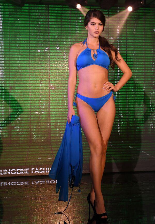 Modelka prezentuje strój kąpelowy podczas pokazu Lingerie Fashion Week  - Sputnik Polska