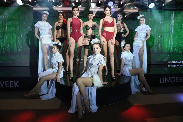 Modelki podczas pokazu bielizny i strojów kąpielowych Lingerie Fashion Week - Sputnik Polska