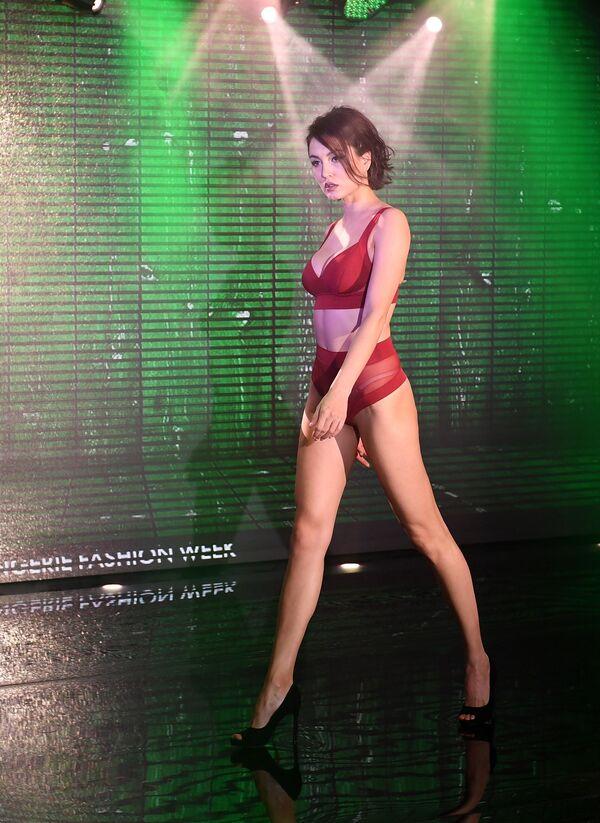 Modelka prezentuje bieliznę podczas pokazu Lingerie Fashion Week  - Sputnik Polska