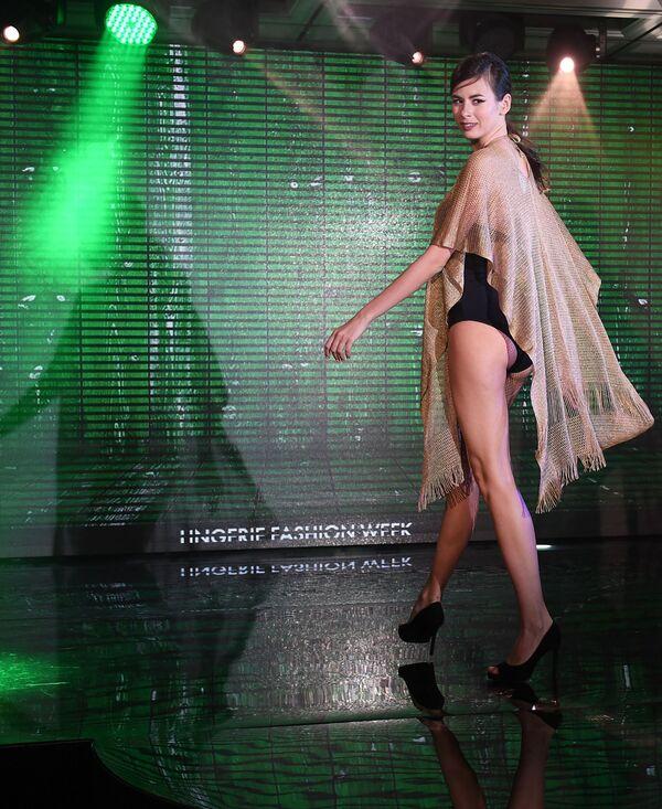 Modelka prezentuje strój kąpielowy podczas pokazu Lingerie Fashion Week  - Sputnik Polska