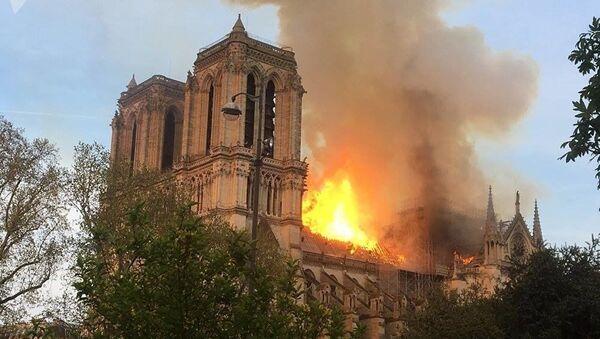 Płonie dach katedry Notre Dame w Paryżu - Sputnik Polska