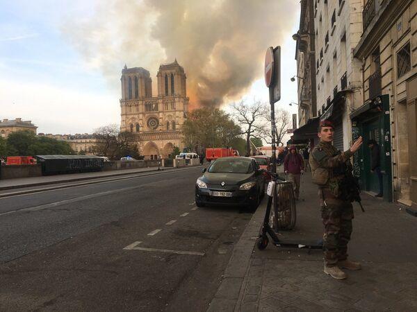 Wielki pożar w Notre Dame w Paryżu - Sputnik Polska