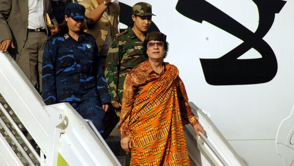 Libijski przywódca Muammar Kaddafi wychodzi z samolotu, 2004 rok - Sputnik Polska