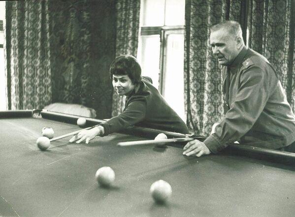 Marszałek Związku Radzieckiego Andriej Jeriomienko z żoną grają w bilard - Sputnik Polska