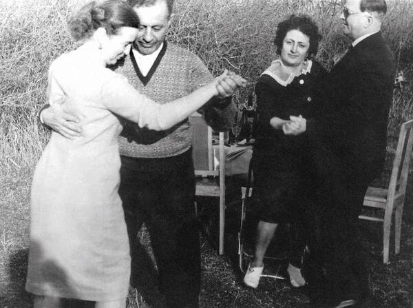 Amazasp Babadżanian tańczy z żoną - Sputnik Polska