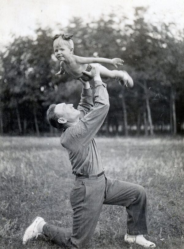 Marszałek Związku Radzieckiego Siergiej Biriuzow z córką Olgą, 1940 rok - Sputnik Polska