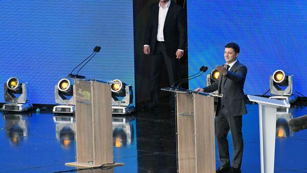 Wołodymyr Zełenski podczas debaty na stadionie Olimpijski w Kijowie - Sputnik Polska