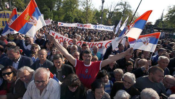 Zwolennicy urzędującego prezydenta Serbii na demonstracji w Belgradzie - Sputnik Polska