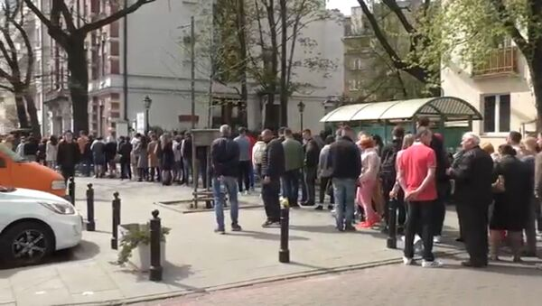 Kolejka przed ambasadą Ukrainy w Warszawie - Sputnik Polska