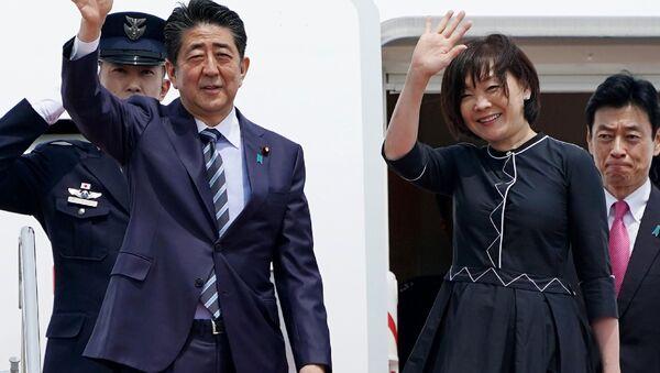 Premier Japonii Shinzo Abe z żoną przed lotem - Sputnik Polska