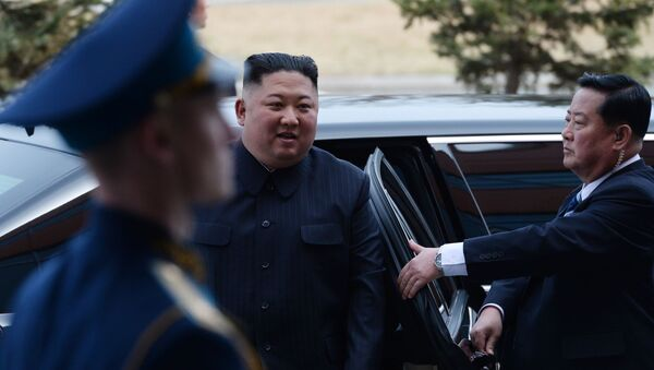 Lider KRLD Kim Dzong Un przybył na spotkanie z Władimirem Putinem w kampusie Federalnego Uniwersytetu Dalekowschodniego we Władywostoku - Sputnik Polska