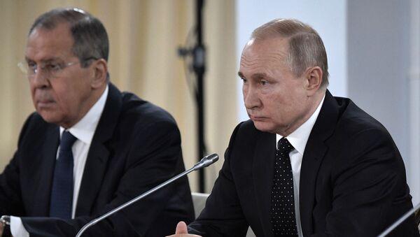 Władimir Putin i Siergiej Ławrow podczas rozmów rosyjsko-koreańskich we Władywostoku - Sputnik Polska