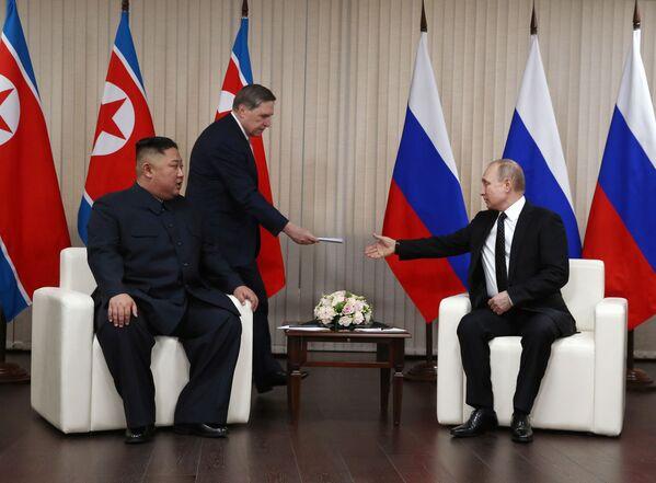 Lider KRLD Kim Dzong Un i prezydent Rosji Władimir Putin podczas spotkania w kampusie Federalnego Uniwersytetu Dalekowschodniego we Władywostoku - Sputnik Polska