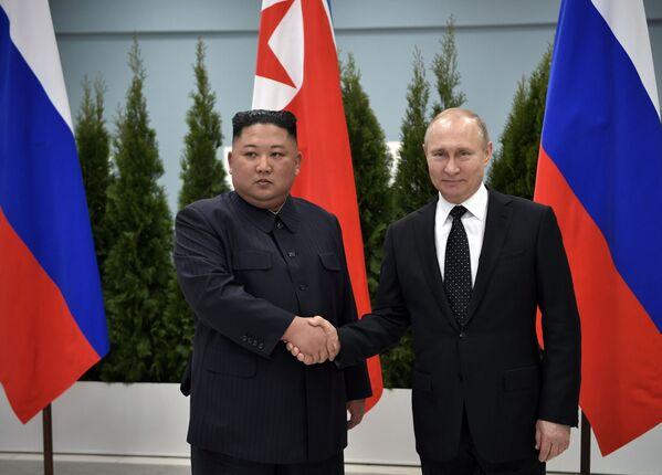 Lider KRLD Kim Dzong Un podczas spotkania z Władimirem Putinem w kampusie Federalnego Uniwersytetu Dalekowschodniego we Władywostoku - Sputnik Polska