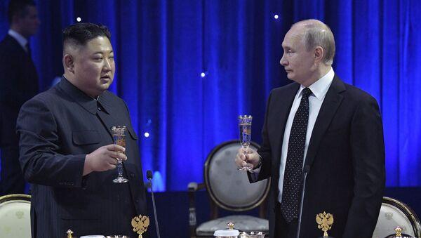 Władimir Putin i Kim Dzong Un po zakończeniu niegocjacji we Władywostoku - Sputnik Polska