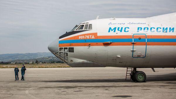 Samolot Ministerstwa Spraw Nadzwyczajnych Rosji z pomocą humanitarną na pokładzie przyleciał na lotnisko w Latakii - Sputnik Polska