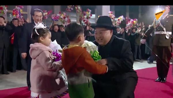 Powitanie Kim Dzong Una po powrocie ze szczytu we Władywostoku  - Sputnik Polska