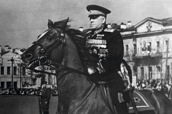Gieorgij Konstantinowicz Żukow na Placu 1905 roku w  Swierdłowsku  - Sputnik Polska