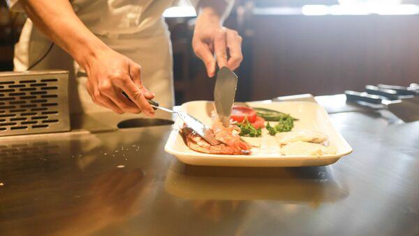 Kucharz gotuje w restauracji - Sputnik Polska