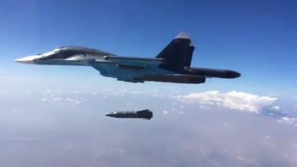 Zrzut przez wielozadaniowy naddźwiękowy bombowiec myśliwski Sił Powietrzno-Kosmicznych Rosji Su-34 naprowadzanej korygowanej bomby KAB-1500PR z laserym naprowadzaniem - Sputnik Polska