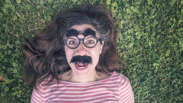 Dziewczyna w okularach z wąsami - Sputnik Polska