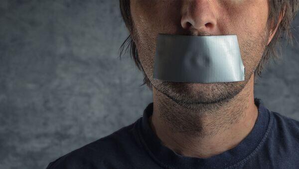 Mężczyzna z ustami zaklejonymi taśmą klejącą - Sputnik Polska