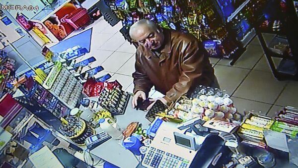 Były pułkownik GRU Sergey Skripal, nakręcony w sklepie spożywczym w angielskim mieście Salisbury. Archiwalne zdjęcie - Sputnik Polska