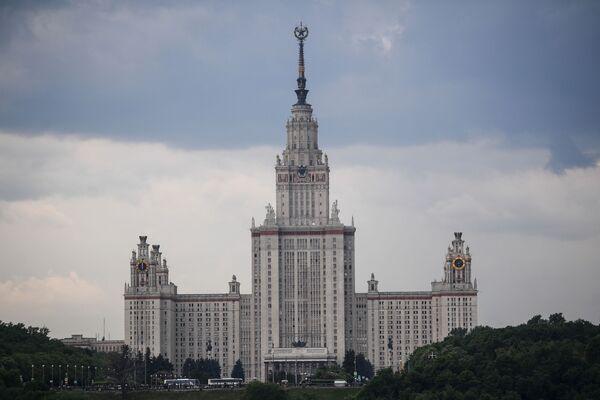 Widok na Uniwersytet im. M. Łomonosowa w Moskwie z punktu widokowego na Wzgórzach Worobiowych  - Sputnik Polska
