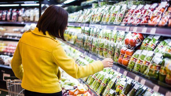 Dział z warzywami i owocami w supermarkecie - Sputnik Polska