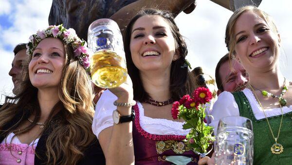 Dziewczyny na otwarciu festiwalu Oktoberfest w Monachium - Sputnik Polska
