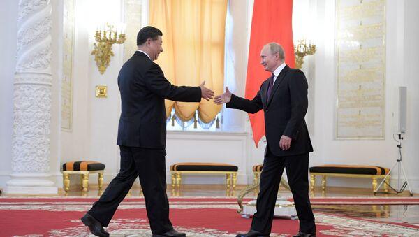 Przewodniczący ChRL XI Jinping i prezydent Rosji Władimir Putin na ceremonii oficjalnego spotkania na Kremlu - Sputnik Polska