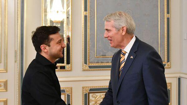 Prezydent Ukrainy Wołodymyr Zełenski z amerykańskim senatorem Robertem Portmanem - Sputnik Polska