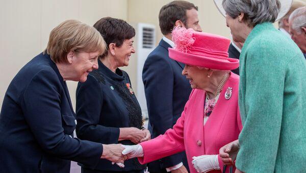 Kanclerz Niemiec Angela Merkel, królowa Wielkiej Brytanii Elżbieta II i premier Wielkiej Brytanii Theresa May w czasie uroczystości poświęconej 75. rocznicy lądowania w Normandii - Sputnik Polska