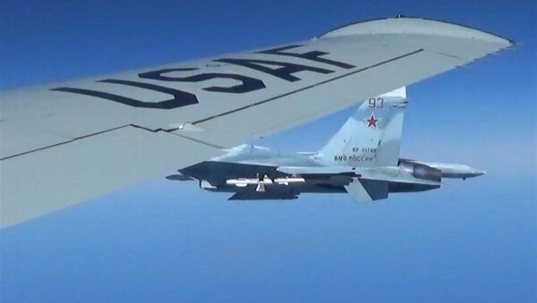 Rosyjski Su-27 zbliża sie do samolotu rozpoznawczego USA RC-135U - Sputnik Polska