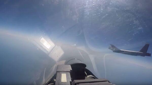 Strzał z wideo przechwycenia bombowca Sił Powietrznych USA przez rosyjski Su-27 - Sputnik Polska