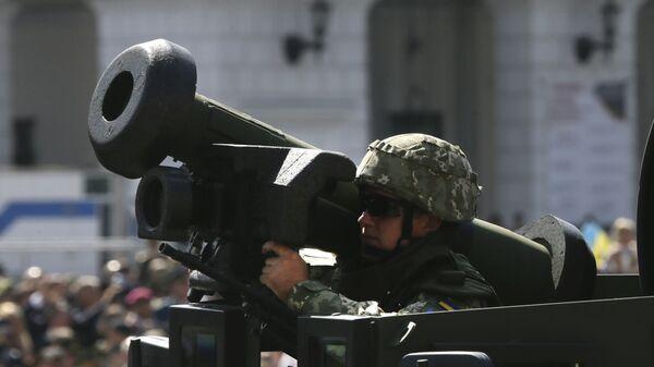 Ukraiński żołnierz z przenośnym systemem rakiet przeciwpancernych Javelin na defiladzie wojskowej w Kijowie - Sputnik Polska