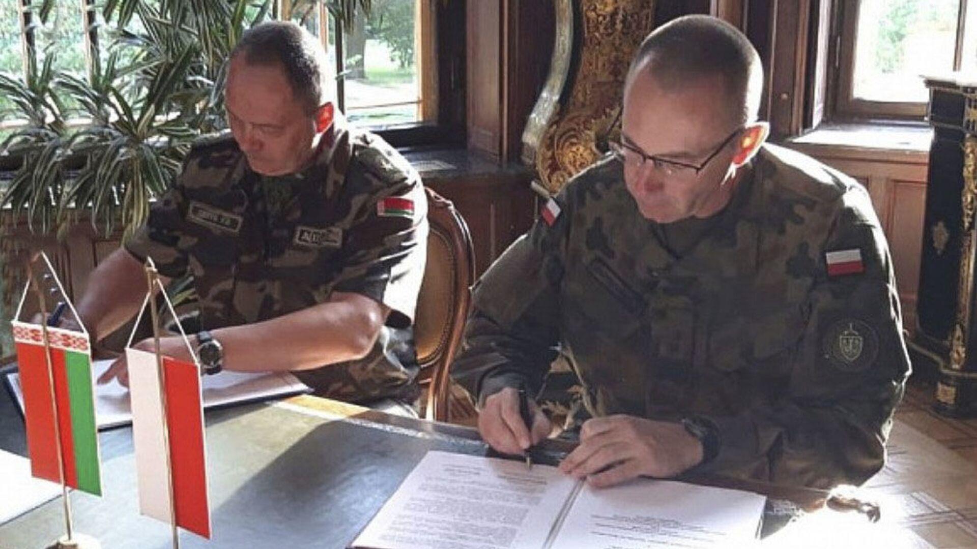 Dowódca Sił Powietrznych Białorusi generał Igor Gołub na podpisaniu umowy przewidującej wymianę informacji na temat sytuacji powietrznej w pobliżu wspólnej granicy państwowej między Białorusią a Polską - Sputnik Polska, 1920, 27.07.2021