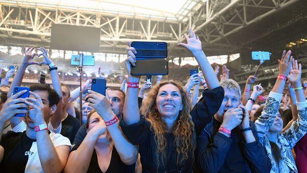 Ludzie ze smartfonami na koncercie - Sputnik Polska