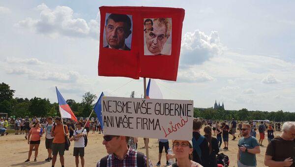 Plakat protestujących z napisem Nie jesteśmy waszą gubernią ani waszą fermą - Sputnik Polska