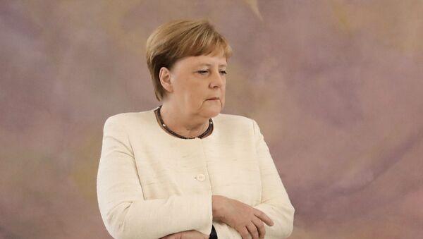 Kanclerz Niemiec Angela Merkel w czasie ceremonii w pałacu prezydenckim w Berlinie, gdzie dostała ataku drgawek - Sputnik Polska