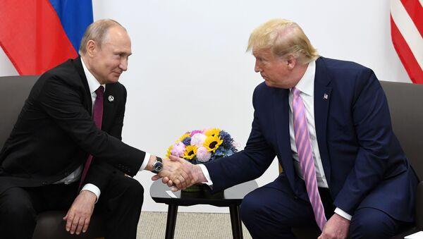 Prezydent Rosji Władimir Putin i prezydent USA Donald Trump podczas spotkania na marginesie szczytu G20 w Osace - Sputnik Polska