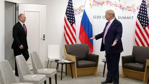 Prezydent Rosji Władimir Putin i prezydent USA Donald Trump na spotkaniu w kuluarach szczytu G20 w Osace - Sputnik Polska