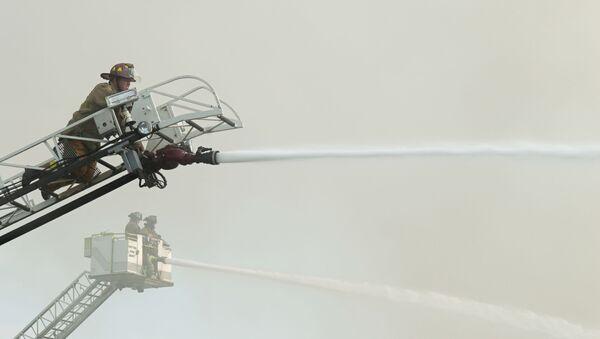 Strażacy w czasie gaszenia pożaru - Sputnik Polska