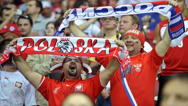 Kibic z Polski i z Rosji na meczu w piłkę nożną - Sputnik Polska