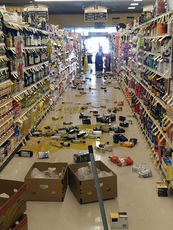 Porozrzucany towar w sklepie nad jeziorem Isabella po trzęsieniu ziemi o sile 6,4 stopnia w Kalifornii Południowej - Sputnik Polska