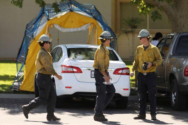Strażacy przed szpitalem w Ridgecrest po trzęsieniu ziemi w Kalifornii, USA - Sputnik Polska
