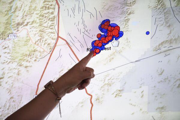 Sejsmolog pokazuje na mapie obszar trzęsienia ziemi w Kalifornii Południowej - Sputnik Polska