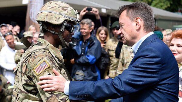 Szef MON Mariusz Błaszczak i amerykański żołnierz na pikniku w Giżycku - Sputnik Polska