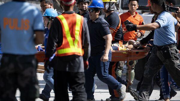 Ratownicy pomagają ofiarom trzęsienia ziemi na Filipinach - Sputnik Polska