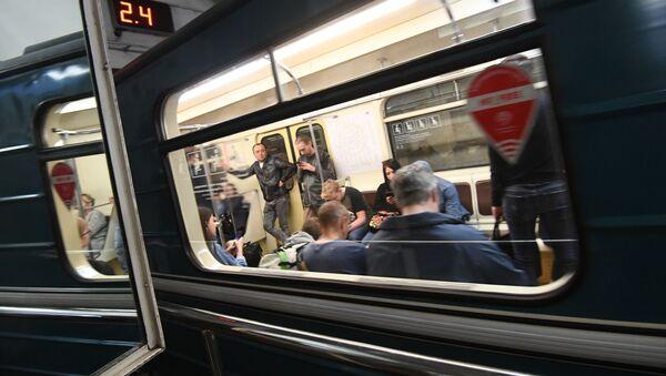 Pasażerowie w wagonie metra, Moskwa - Sputnik Polska